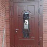 Стальная дверь с ковкой и стеклом бордового цвета