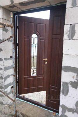 Входная дверь для частного дома с добавкой сбоку
