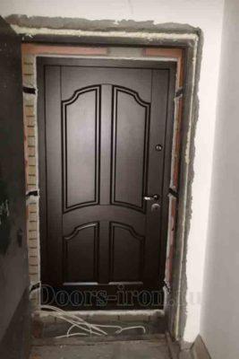 Металлическая дверь с отделкой деревом бурого цвета