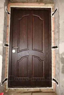 Входная дверь отделка дерево темнокраснокоричневого цвета