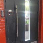 Дверь для подъезда с кодовым замком и зеркальным стеклопакетом