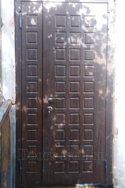 Двустворчатая входная дверь с отделкой мдф коричневого цвета