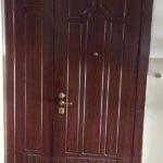 Двустворчатая входная дверь с отделкой массив дуба бордового цвета