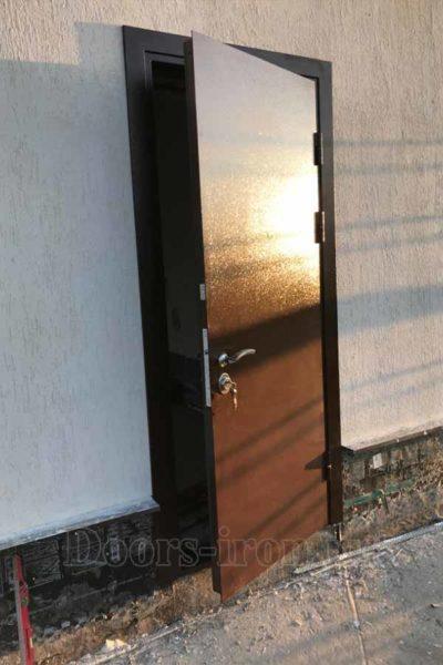 Коричневая металлическая дверь с порошковым напылением