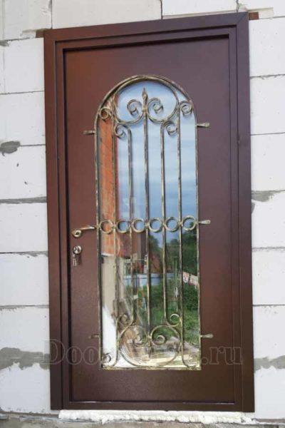 Металлическая дверь с полуовальным зеркальным стеклопакетом и ковкой