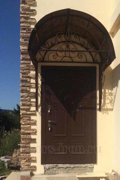 Металлическая входная дверь коричневого цвета