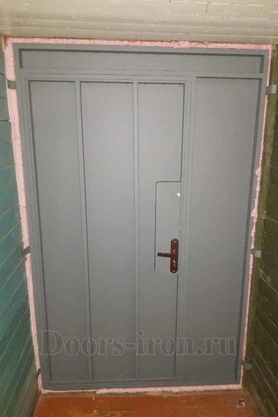 Недорогая металлическая дверь с добавкой сбоку и сверху