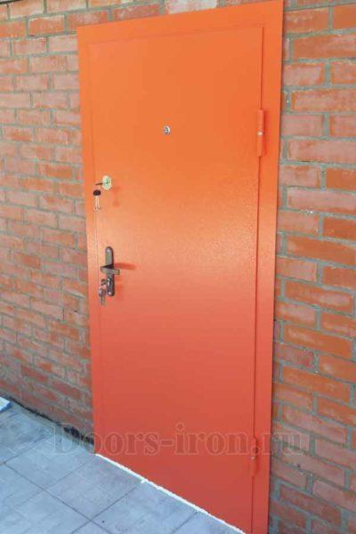 Оранжевая металлическая дверь