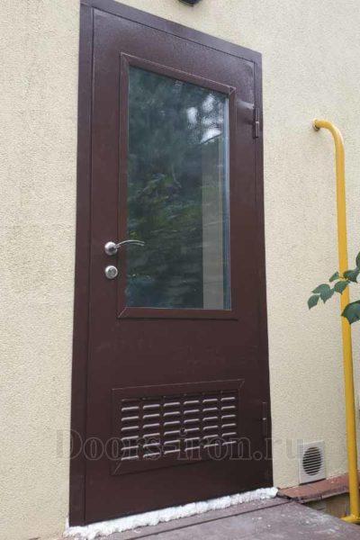 Техническая металлическая дверь со стеклом и решеткой