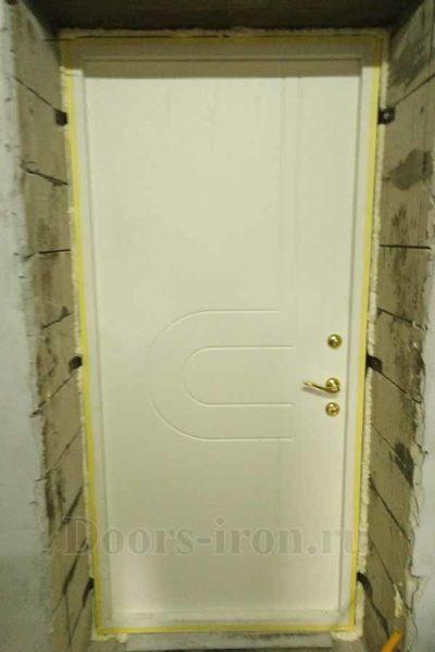 Входная дверь с отделкой белого цвета изнутри