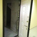 Входная дверь в квартиру с отделкой мдф белая цвета изнутри