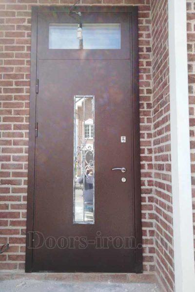 Высокая металлическая дверь со стеклом
