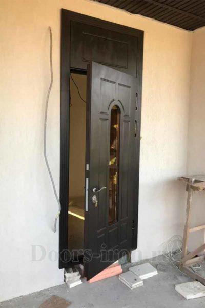 Высокая входная дверь со стеклом и глухой фрамугой верху