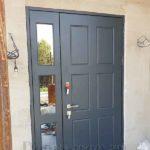 Входная дверь для коттеджа с зеркальной боковой добавкой