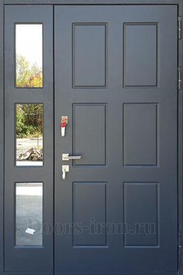 Входная дверь в коттедж с остекленной боковой вставкой