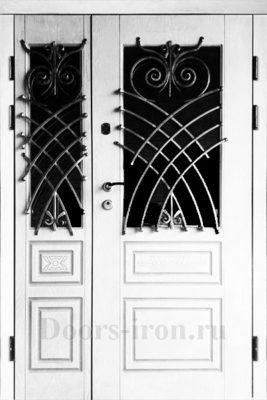 Двухстворчатая белая входная дверь с ковкой
