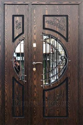 Входная дверь в коттедж с ковкой