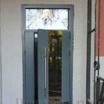 Входная металлическая дверь со стеклянной фрамугой сверху