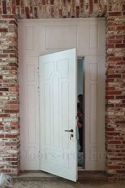Большая входная дверь белого цвета