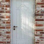 Металлическая дверь белого цвета с отделкой МДФ