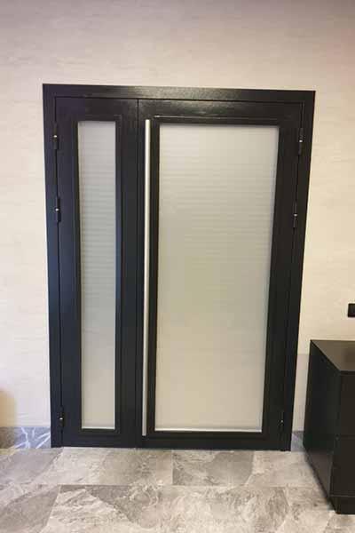 Металлическая полуторная двери со стеклом